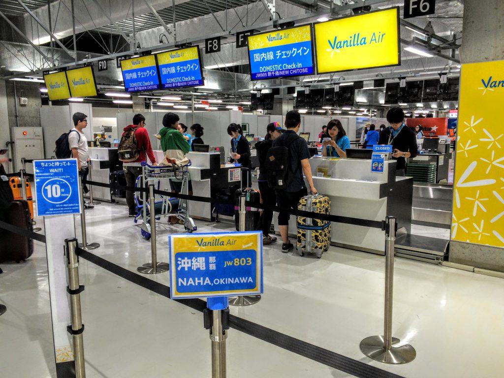 成田空港LCCターミナル 格安なバニラエアの沖縄行きカウンターです。