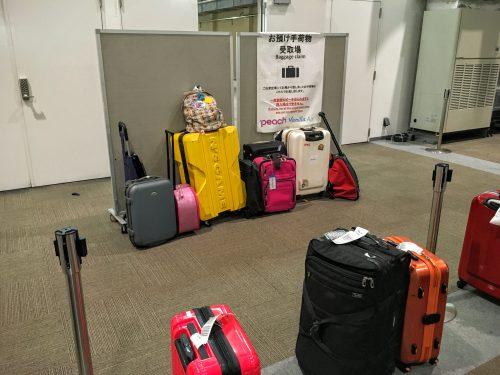 那覇LCCターミナルには、通常のターンテーブルはありません。空港の係員が手で荷物を運んで置いていきます。