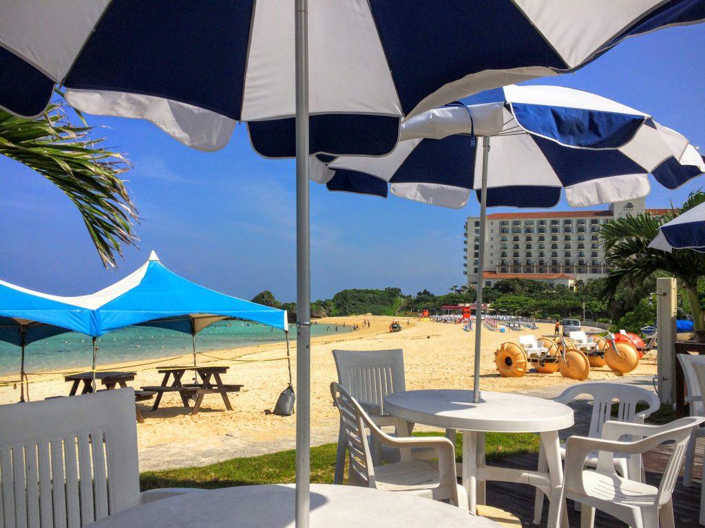 階段を下って行くと、目の前に真っ白なビーチが広がります。日航アリビラに宿泊する際のビーチと同じ場所となります。