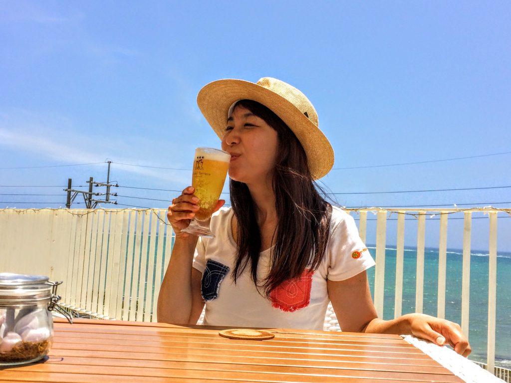 沖縄の真っ青な空と海を眺めながら飲むビールは最高です。