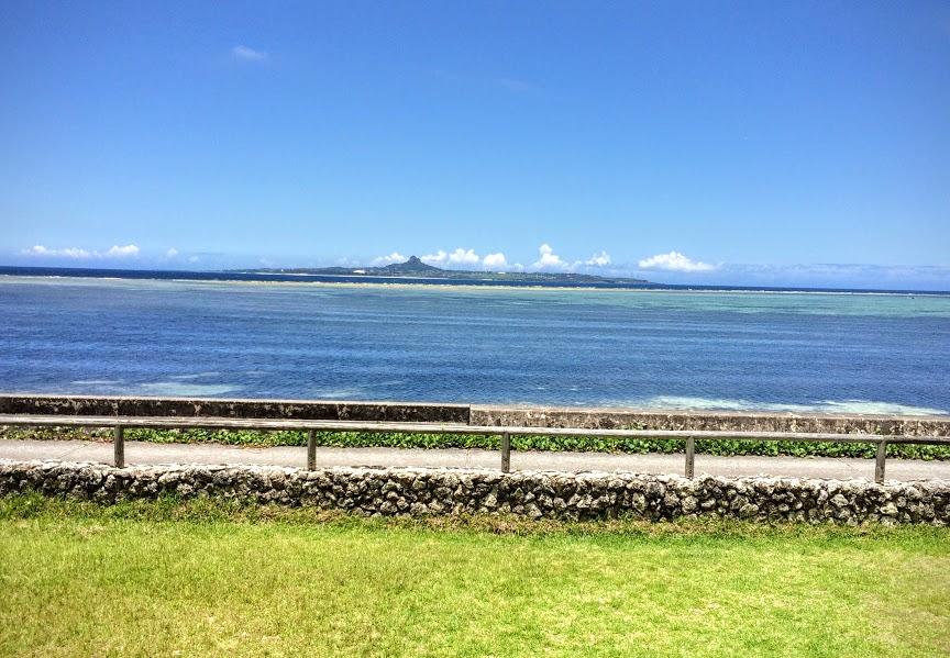 正面には、伊江島が見えます。
