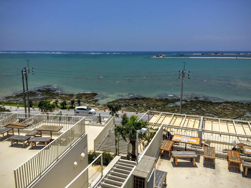 人気のウミカジテラスは、白い建物が沖縄の青さとマッチして、とても映えます。