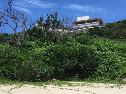 ムルク浜から見るホテル浜比嘉島リゾート