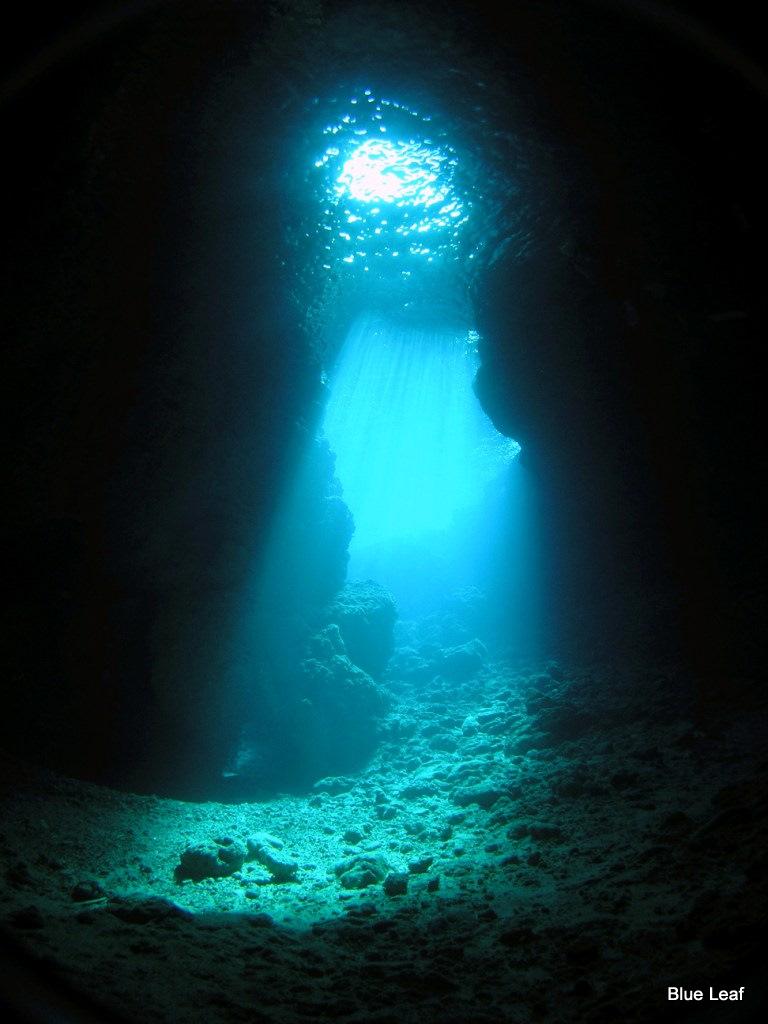 光が海底を照らす神秘的で幻想的な青の洞窟