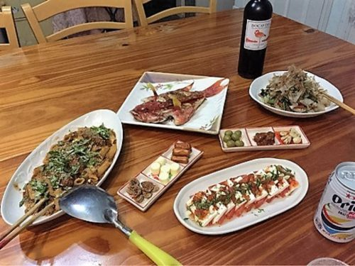 夕食はお母さん達と一緒にワインとオリオンビール