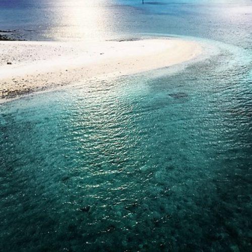 太陽に照らされた阿嘉島の海