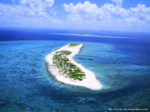 那覇から気軽に行ける人気の無人島、ナガンヌ島。真っ白な砂浜に上陸すれば、そこは混雑のない無人島です。