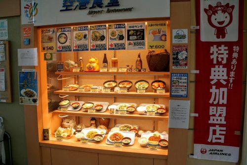 空港食堂の人気メニュー。最後の沖縄気分を味わうなら沖縄料理。沖縄そばも人気です。