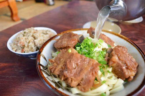 八重の沖縄そばはやかんから出汁を入れます。