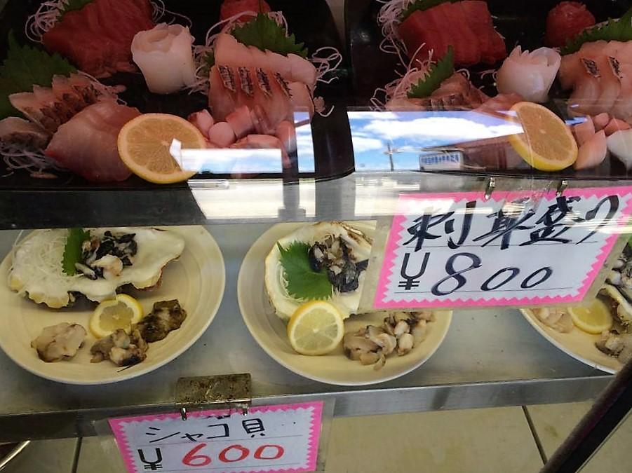 港で食べる新鮮な魚は、名護に訪れる観光客から地元の人まで人気の食堂です。