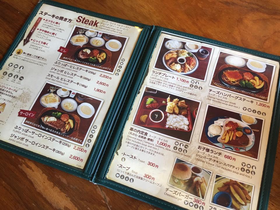 ステーキ以外にもハンバーグなどの洋食も人気の海が見えるレストラン。