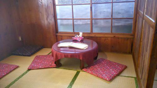 いかにも古民家ですね。那覇安里の人気カフェ、ちゃーやの内部です。沖縄らしい時間を過ごすのに最高です。