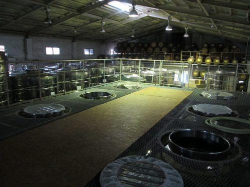 神村酒造の仕込みタンクと貯蔵タンク