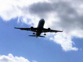 瀬長島上空を着陸体制の飛行機
