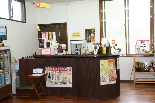 泡盛工場見学が日曜日でもできる蔵元<沖縄本島北部編>ヘリオス酒造の試飲コーナー、ドライバーにはさんぴん茶。