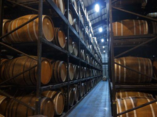 泡盛工場見学が日曜日でもできる蔵元<沖縄本島北部編>ヘリオス酒造おすすめは「くら」ウィスキーのように樫樽で貯蔵される泡盛は琥珀色です。