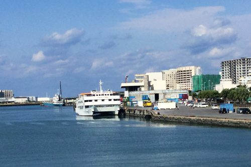 レストラン船や鹿児島航路が出港する那覇港