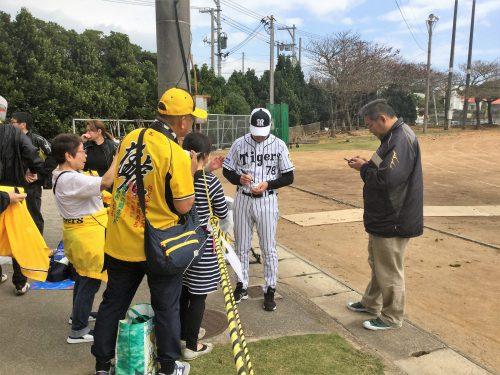 サインに応じてくれる阪神平田コーチ
