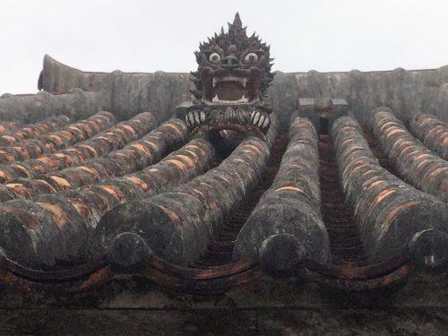 屋根瓦のシーサーは魔除けで瓦職人が製作する。