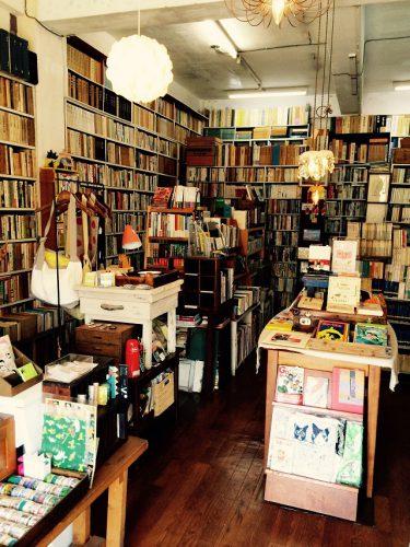 ちはや書房店内には2万冊の古本がある。