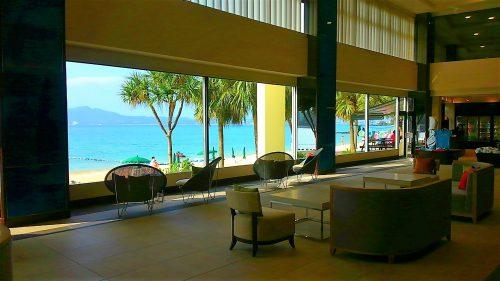 リニューアルされたかねひで喜瀬ビーチパレスのロビーからは、ビーチサイドが一望できます。ロビーに入った瞬間、目の前に広がる景色を見ると沖縄気分が舞い上がります。