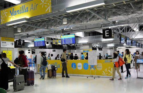 成田空港第3ターミナル、バニラエアカウンター とてもカラフルなカウンターで目立ちます。