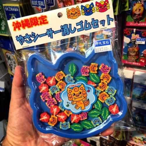 那覇空港で買える人気のお土産雑貨。みんなに配るのに最適なシーサーの消しゴムセット。料金も手頃でカワイイですよ。