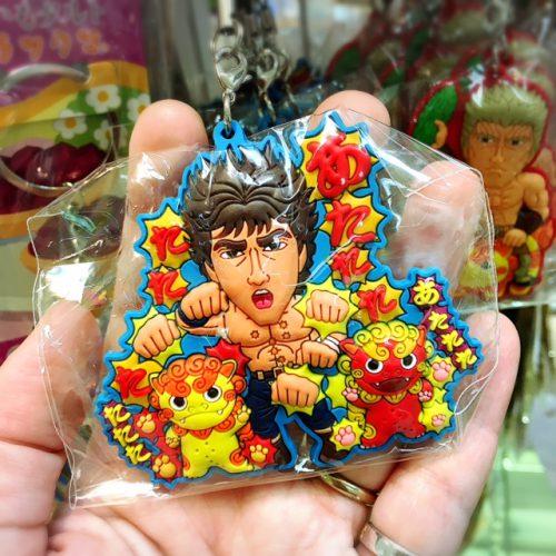 那覇空港には、色々なコラボ商品のお土産雑貨もいっぱい。これは北斗の拳とシーサーがコラボしたキーホルダー。子供向けのお土産にオススメです。