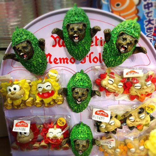 なぜか?ゴーヤと熊のコラボ。沖縄土産の雑貨には、かかせないゴーヤ、シーサーなどの商品が多く販売されています。