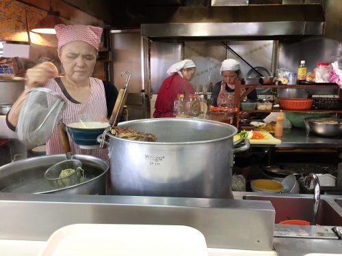 波布食堂厨房ではおばさん達が調理中