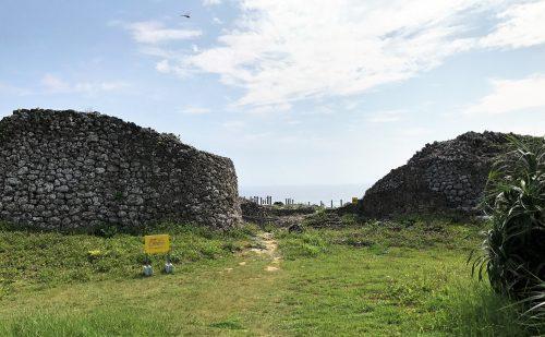 この先に眺望抜群、太平洋が広がる、糸満市具志川城の城門