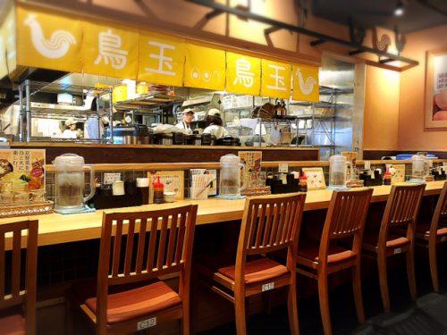 那覇鳥玉の店内は、観光客から地元人まで、いつも人気で賑わっています。カウンターからテーブル席まで多くのお客さんの対応が可能です。