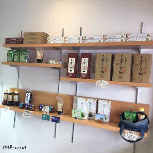 店内には、海ぶどう以外にも人気のもずくうどんも販売されています。