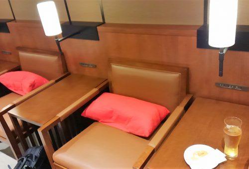 那覇空港内SAKURAラウンジのソファー席。