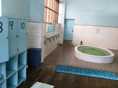沖縄唯一の銭湯、脱衣室と湯船の仕切りがない