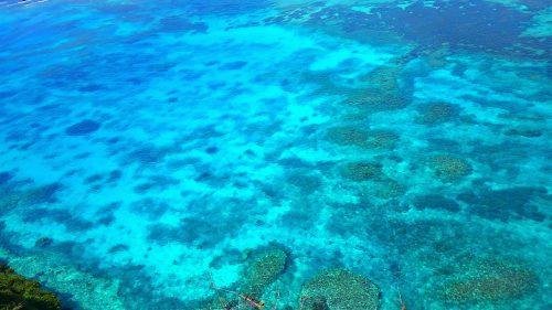 伊良部島「三角点」から真下を見た海