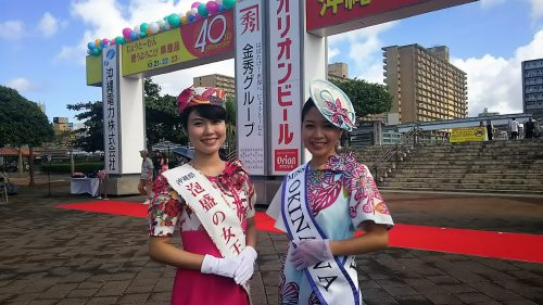 2016年開会式泡盛の女王阿波根あずささんとミス沖縄新里由香さん
