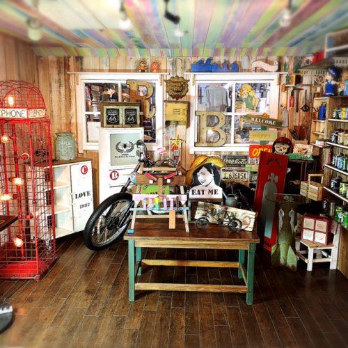 那覇国際通りの雑貨屋、シェイクハンドの店内。素敵なハンドメイドの商品が人気です。