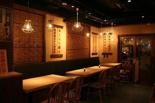 ステーキハウス88が経営する居酒屋、八十八炉端焼きは、大きな店内です。