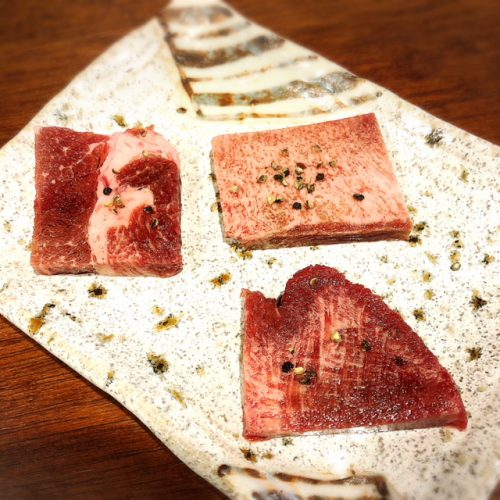 沖縄初ひとり焼肉牛助の牛タン三種盛り