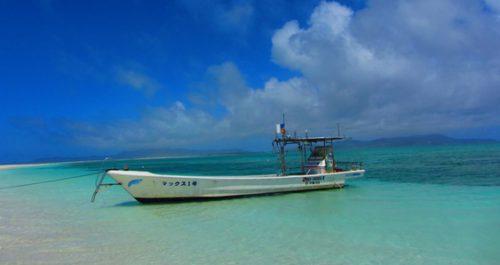 久米島ハテの浜に行くボート