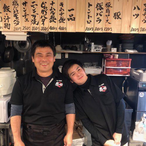 沖縄初ひとり焼肉牛助の店長とスタッフ