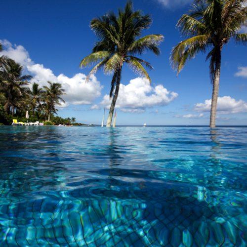 沖縄本島ムーンビーチのインフィニティプールからの景色