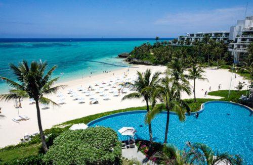 沖縄本島のインフィニティプールを上から望む