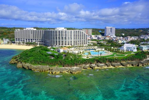 沖縄本島モントレのインフィニティプール全景
