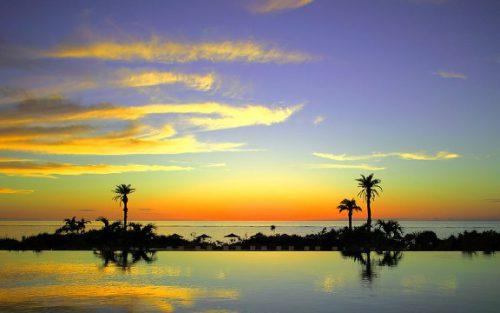 沖縄本島モントレのインフィニティプールからの夕焼け