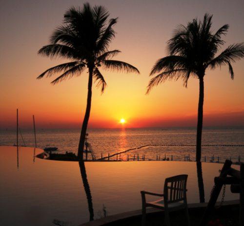 沖縄本島ムーンビーチのインフィニティプールからの夕日