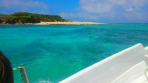 知念海洋レジャーセンターから10分、無人島コマカ島への船