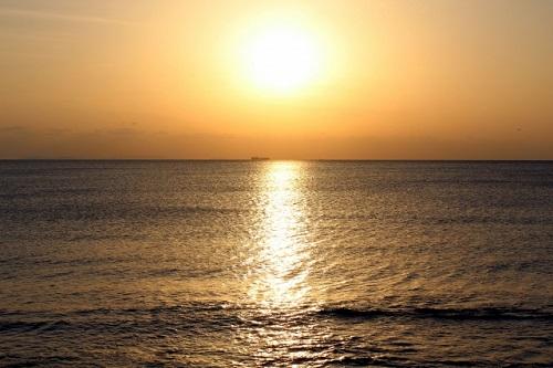 沖縄本島で感動的な夕日が観られるスポットの宮城海岸