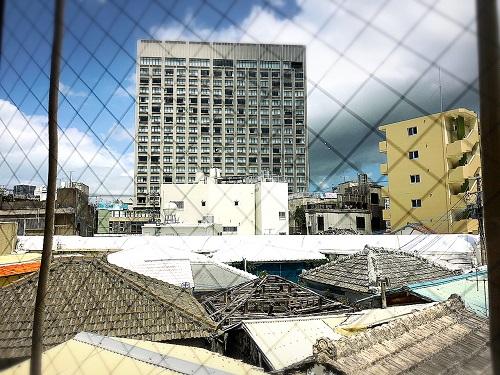 沖縄マチグァーから作りたてのクラフトビール「浮島ブルーイング」から見た那覇市内